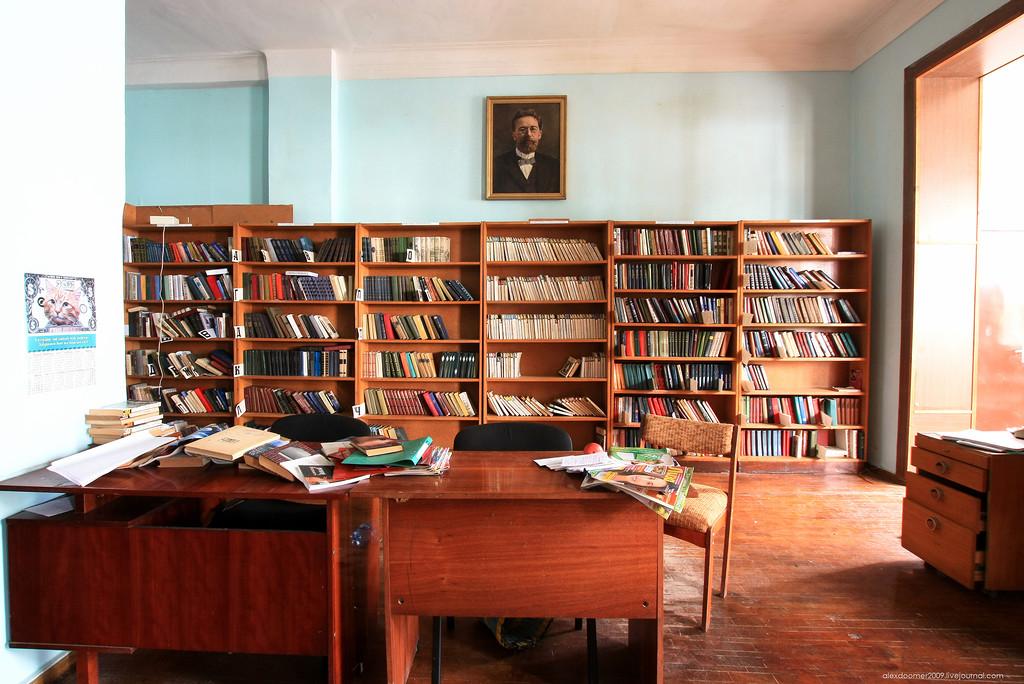 Читальный зал с портретом А.П. Чехова. Довольно просторное помещение и хорошо освещённое.