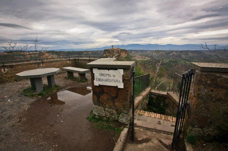 Чивита ди Баньореджо  – средневековый город-замок, город-призрак