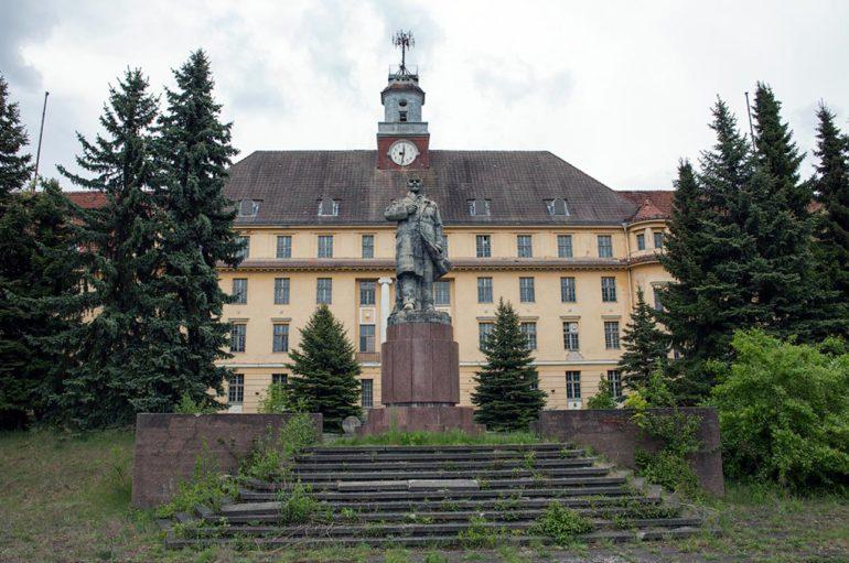 Заброшенный гарнизонный дом офицеров в Германии