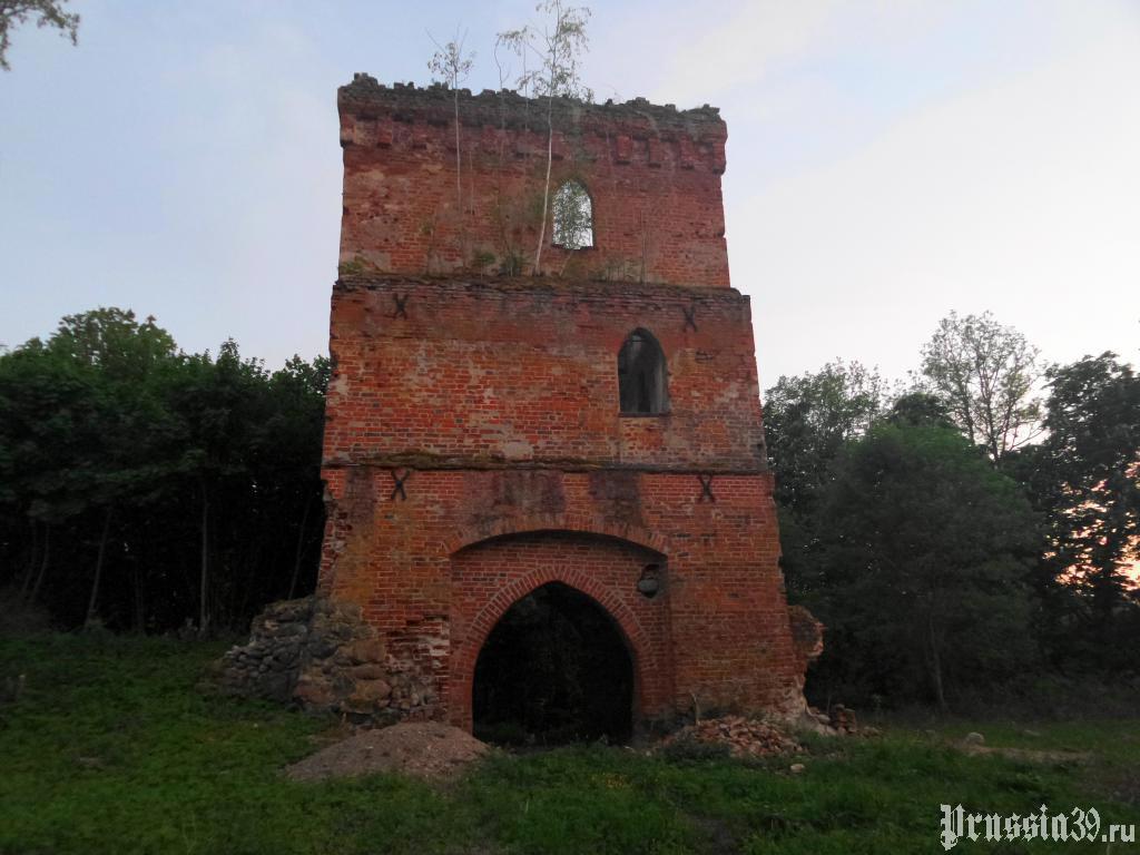 Надвратная башня замка Гросс Вонсдорф. Май 2017