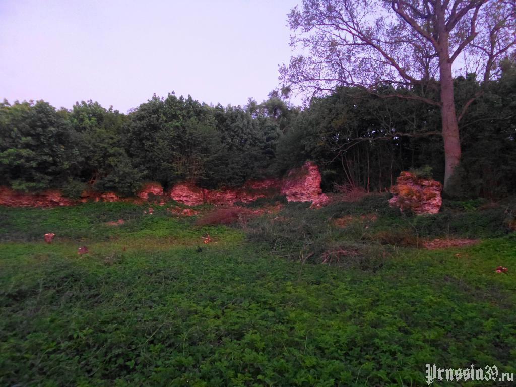 Руины стен замка. Май 2017
