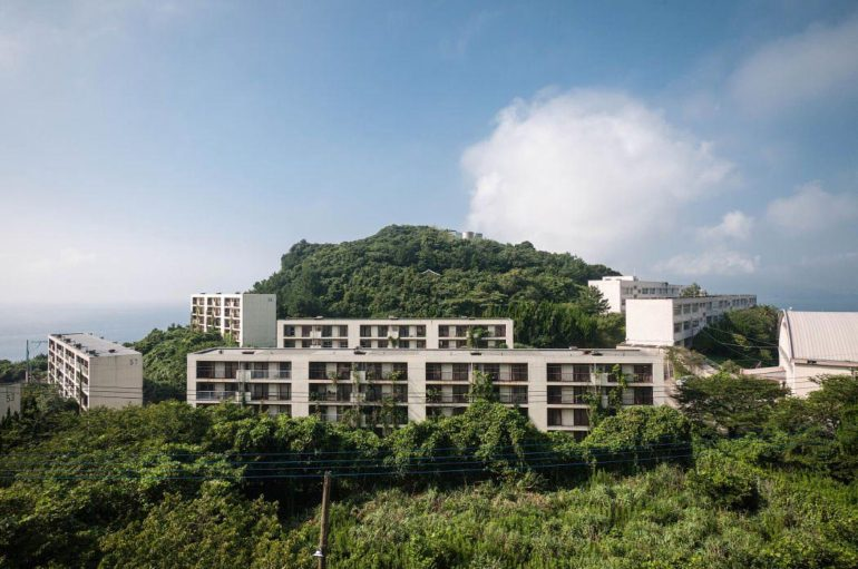 Заброшенный шахтёрский городок в Японии | Фоторепортаж