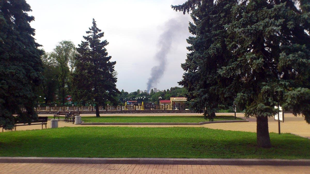 Дым от пожара на рынке возле железнодорожного вокзала.