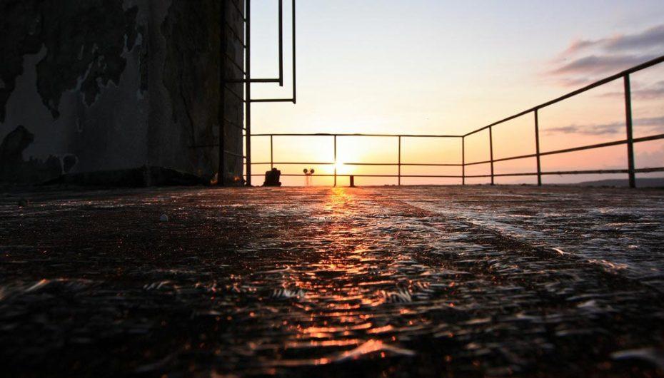 Закат с заброшенного маяка у Чёрного моря