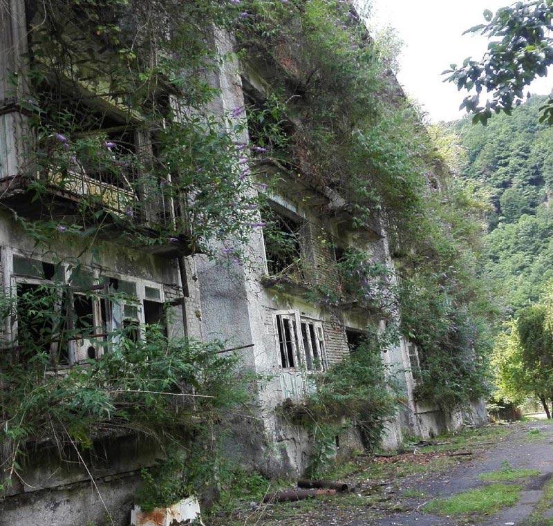 Заброшенныйжилой дом (Ткварчели, Абхазия)