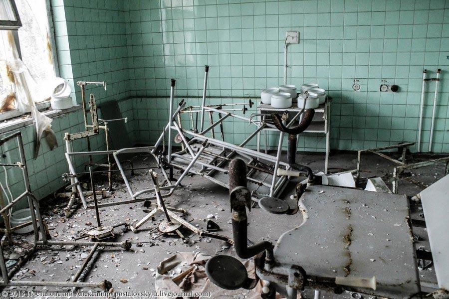 В одном из медицинских кабинетов роддома. Обстановка такая же, как и во всем МСЧ-126.
