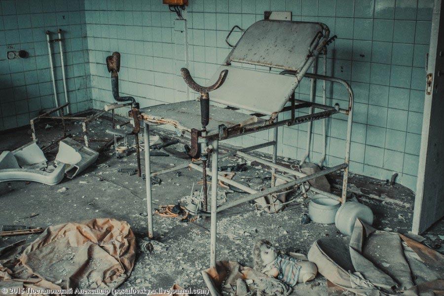 Гинекологическое кресло и эта лежащая на полу детская кукла.... Гнетущие впечатления испытываешь, понимая, что находишься ... в роддоме (!).