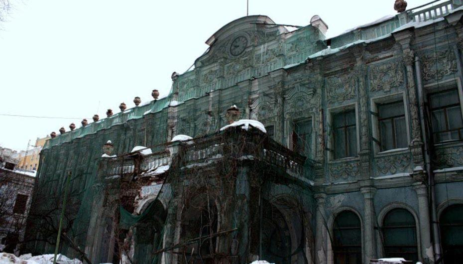 Полузаброшенная усадьба в центре Москвы