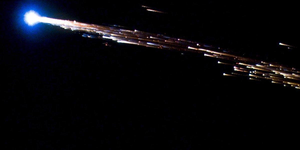 рузовой корабль «Жюль Верн» Европейского космического агентства разваливается на части при входе в атмосферу. 29 сентября 2008 года