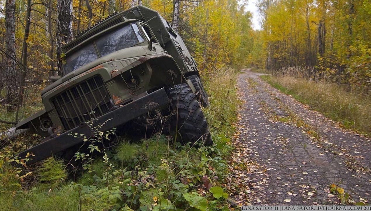 Кладбище заброшенной военной техники в подмосковном лесу