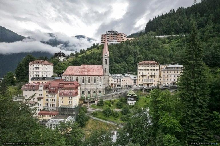 Заброшенный отельный комплекс в Альпах
