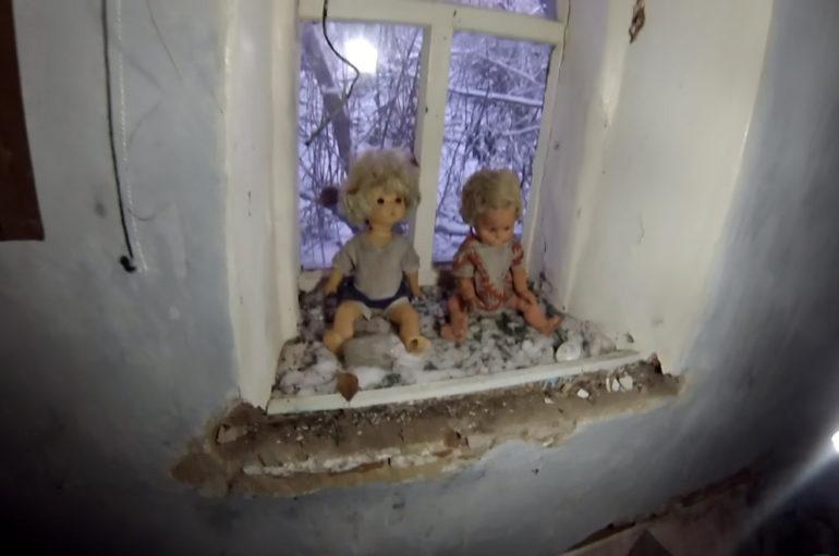 Осиротевшие куклы в заброшенном доме