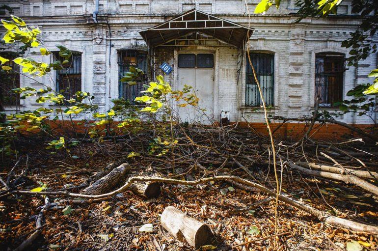 Старинное здание на углу Красной и Длинной