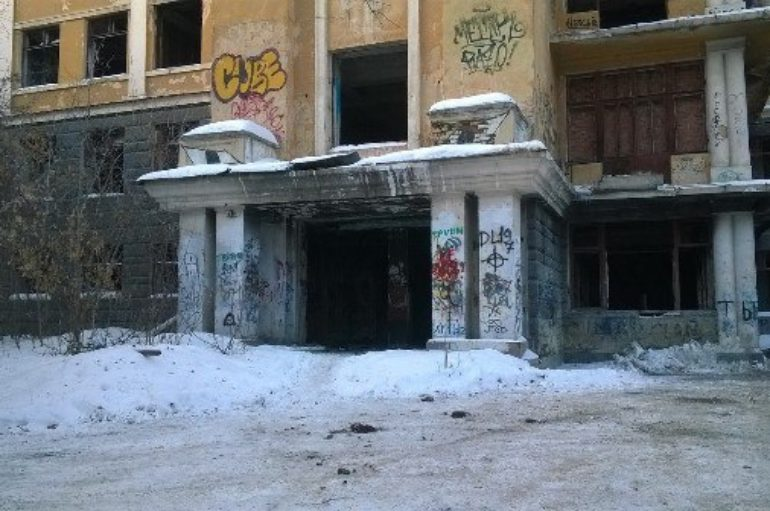 Большая заброшенная больница