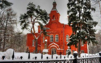 Красивый заброшенный дом усадьбы Покровское-Стрешнево