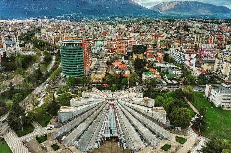 Заброшенная пирамида в центре Тираны