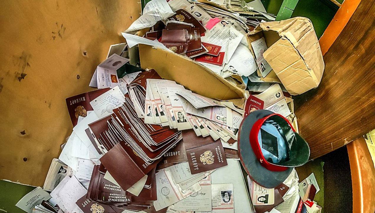 Заброшенный отдел миграционной службы с заброшенными паспортами
