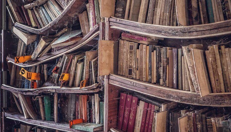 Книги любите? 📚Тонны бумажной литературы оказываются брошены в сотнях закрытых библиотек